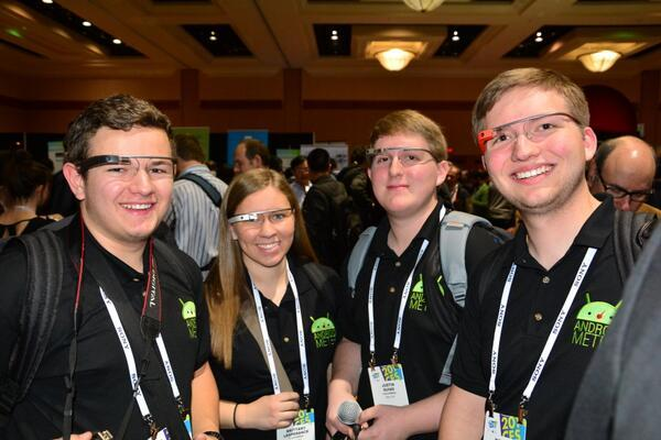 Psali jste si o fotku lidí s Google Glass - zde máte rovnou 4 :). 3x 2. generace, 1x 1. ge