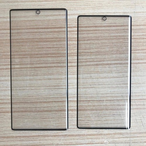 Samsung Galaxy Note10 Pro (vlevo) a Galaxy Note10 (vpravo)