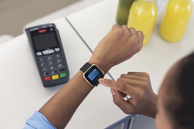 MONETA umožní svým klientům platit chytrými hodinkami Garmin a Fitbit