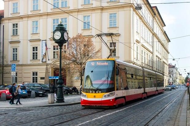 DPP instaluje terminály pro bezkontaktní placení jízdenek do všech tramvají