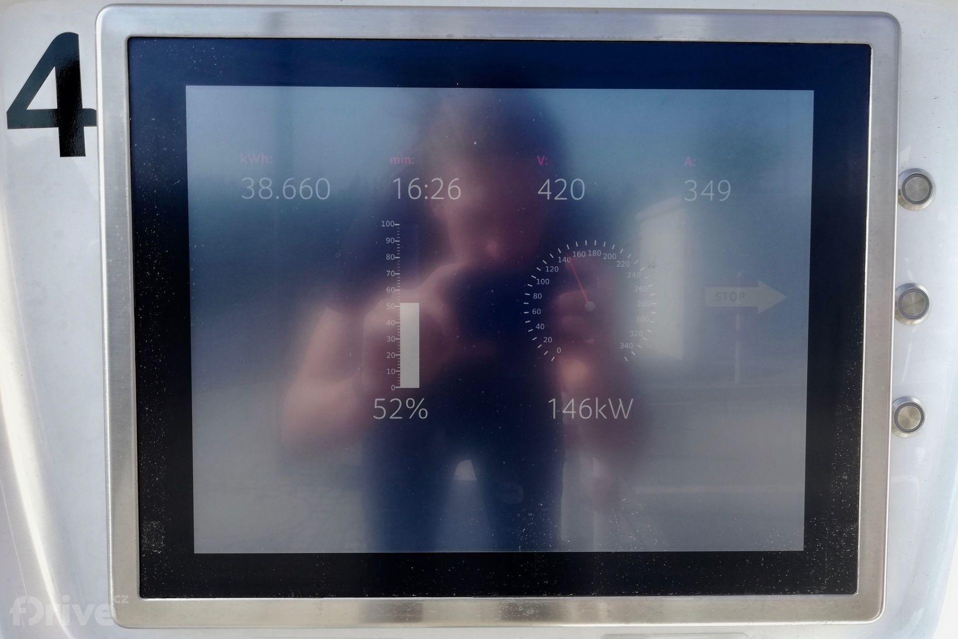 Audi e-tron na nabíjecí stanici IONITY