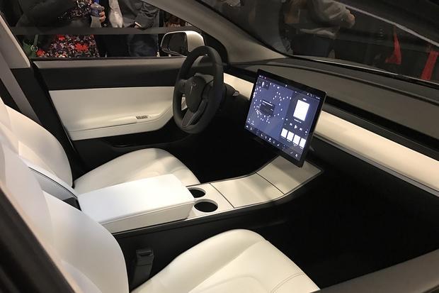 Tesla pracuje na nových sedadlech, která mají prodloužit dojezd
