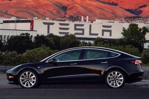 Podle Tesly se Model 3 prodává lépe než všechny prémiové sedany dohromady