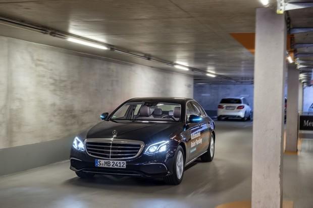 Budou mít portýři co jíst? Mercedes představil automatické parkování bez řidiče