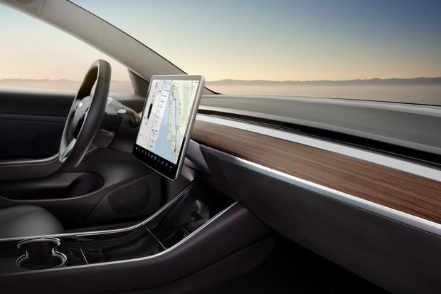 Tesla představuje oficiální bezdrátovou nabíječku mobilních zařízení do Modelu 3
