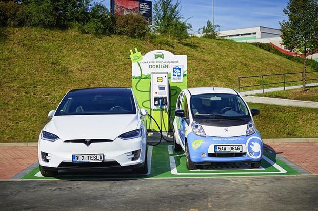 Elektromobil si nyní nabijete i u prodejen Lidl v Česku