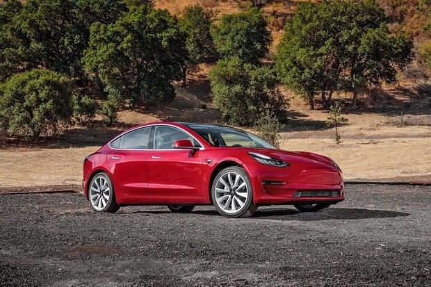 Tesla zveřejnila návody, jak na koleni opravit Model 3