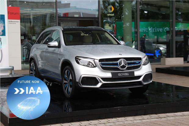 Mercedes ukázal vodíkovo-bateriový elektromobil. Říká mu GLC F-CELL