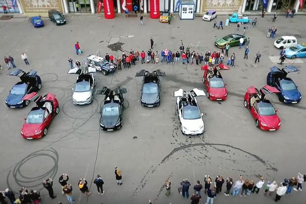 Velkolepá show v podání vozů Tesla Model X