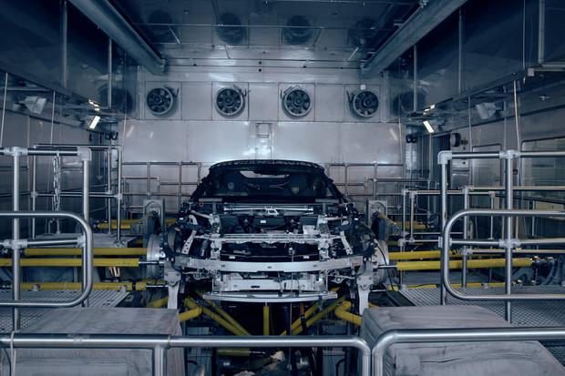BMW servíruje další předkrm. Nakoukněte do továrny na BMW i8 Roadster