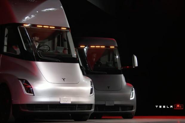 Podívejte se, jak Tesla ukázala světu sporťák Roadster a kamion Semi