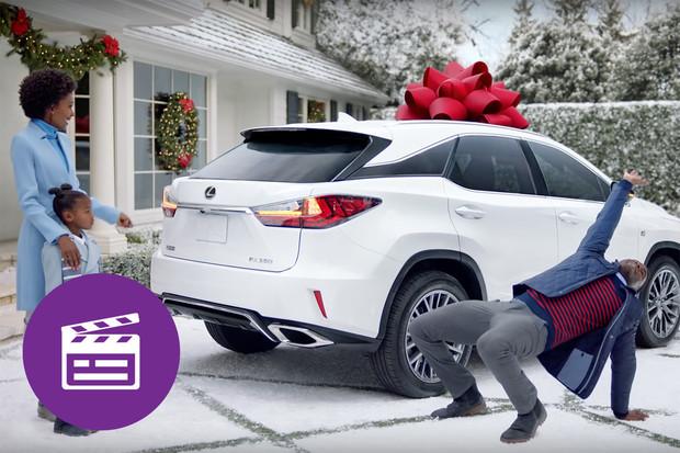 Nejlepší automobilové reklamy: darovaný Lexus z vás udělá malé dítě
