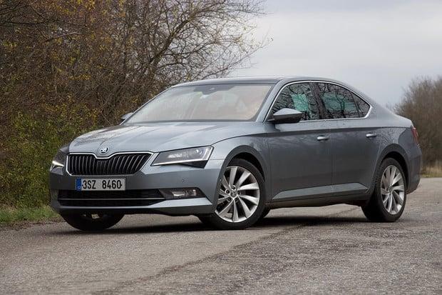 Škoda odtajnila cenu a dojezd hybridního Superbu. Objednat půjde už v létě