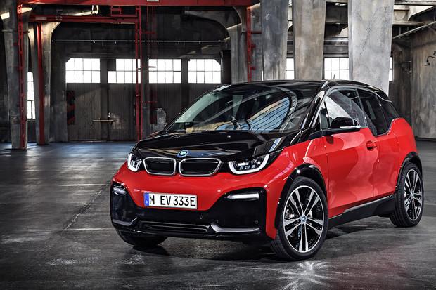 """BMW i3 v nové reklamě slouží jako """"dávkovač elektřiny"""""""