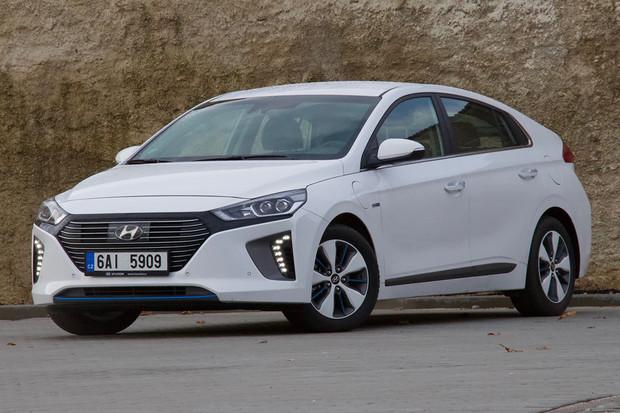 České prodeje hybridů za rok vzrostly dvakrát. Elektromobilům vládnou Japonci