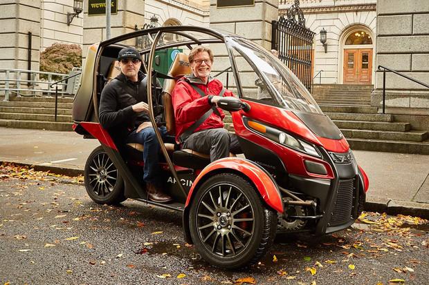 Zábavné užitkové vozidlo na elektřinu má jméno Arcimoto SRK. Urazí přes 100 km