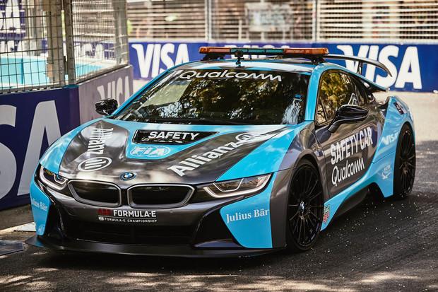 BMW i8 ze seriálu Formule E není klasický safety car. Umí třeba bezdrátově nabíjet