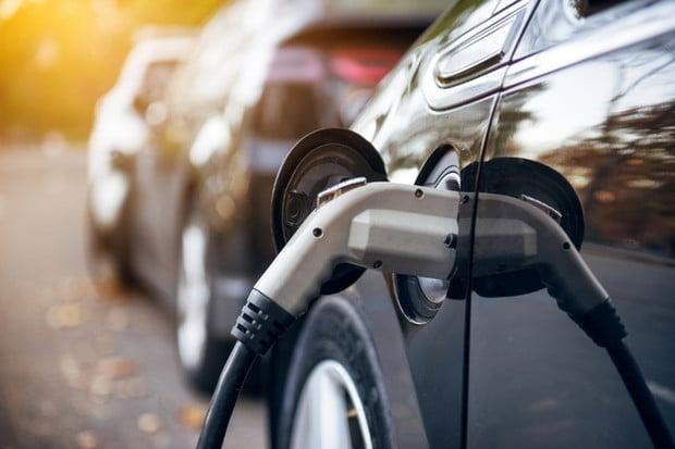 Počet elektromobilů a hybridů registrovaných v Česku roste. Letos jich přibylo 700