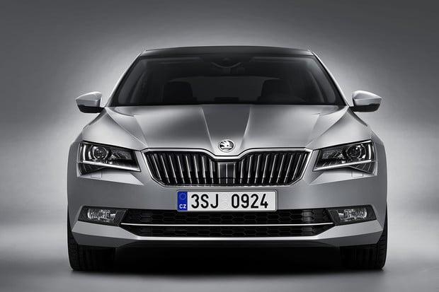 Škoda láká videem na modernizovaný Superb. Vůz plně odhalí ve čtvrtek