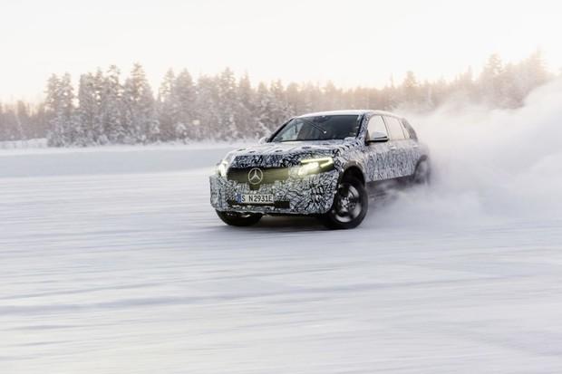 Daimler elektrifikaci věří. Do baterií investuje více jak 500 miliard korun