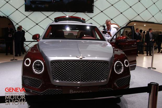 Rozjímejte se sklenicí v ruce, zatímco řidič dává vaše Bentley nabíjet
