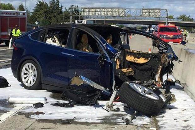Smrtelná nehoda Tesly  Model X dalším selháním autonomního řízení?