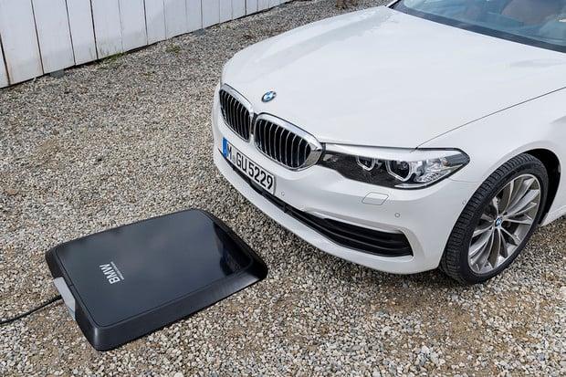 BMW ukáže bezdrátovou nabíjecí podložku. Přežije povětrnostní vlivy i přejetí