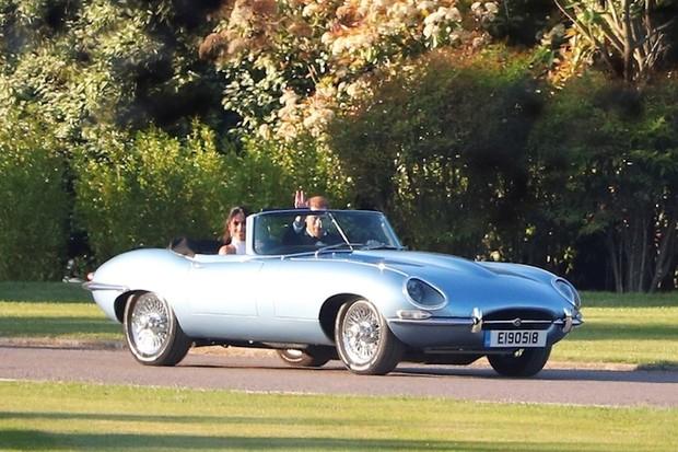 Princ Harry odjel ze svatby stylově. Co je zač speciální Jaguar E-Type?
