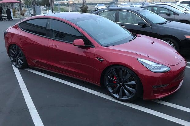 Tesla Model 3 vs. BMW 330i: Čí parkovací asistent je lepší?