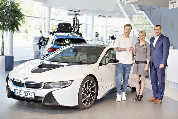 Hokejista David Pastrňák si bude dovolenou užívat s BMW i8