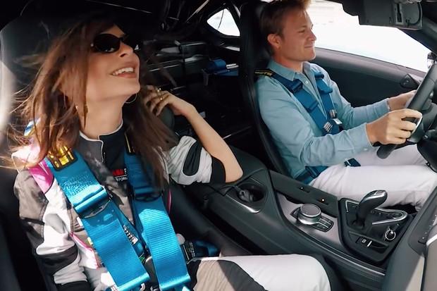Nico Rosberg pořád umí. Emily Ratajkowski to poznala na vlastní kůži