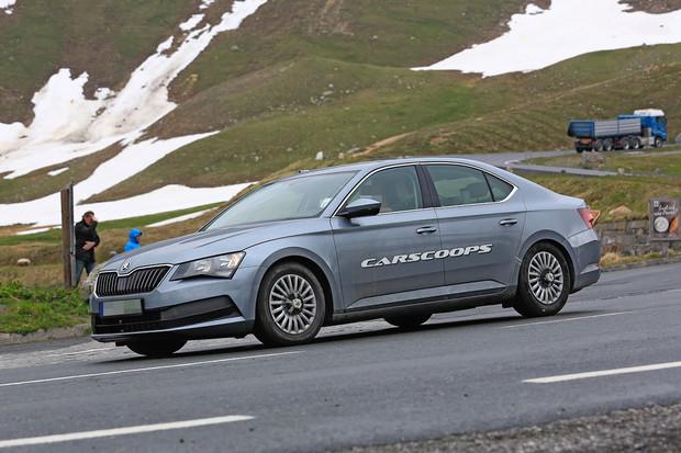 Plug-in hybridní Škoda Superb se již testuje. Má větší baterii než Passat GTE