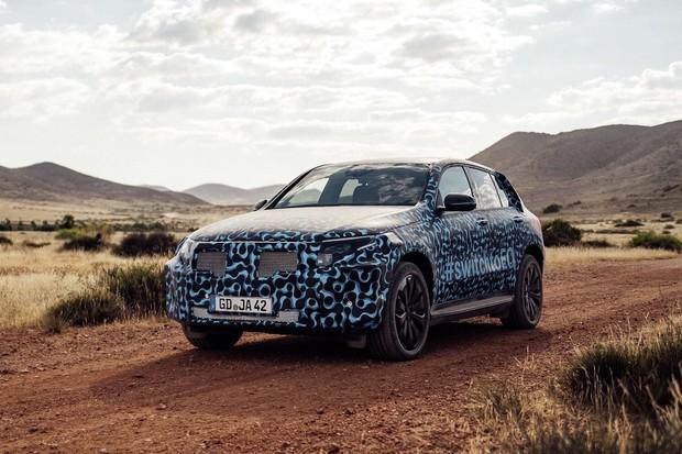 Mercedes-Benz EQC dostal na testování v rozpáleném Španělsku modrý obleček