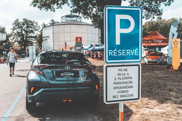 Nejen elektromobily, ale už i hybridy smí v Praze parkovat výhodně. Má to ale háček