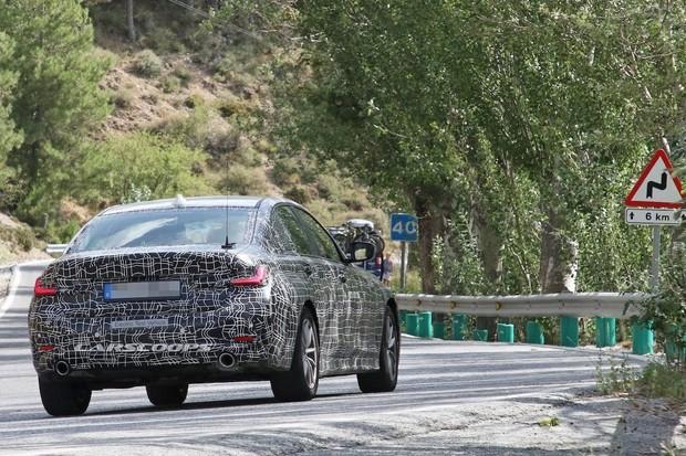 Elektrické BMW řady 3 odchyceno při testování. Proč má konkurent Tesly výfuky?