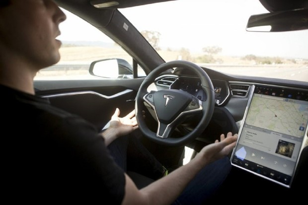 Majitelé vozů Tesla v USA bezmezně věří Autopilotovi. Hazardují se životy
