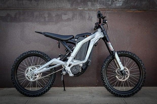 Je libo superlehký e-dirt-bike? Sur-Ron Light Bee je řešení