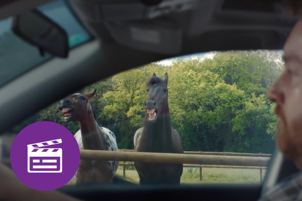 Nejlepší automobilové reklamy: když se i stádo koní směje vašemu parkování