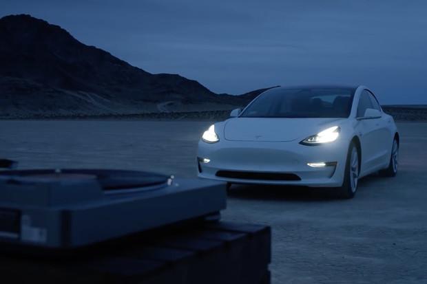 I Tesla má své reklamy. Takhle promuje Model 3