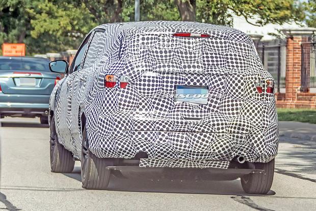 Ford si s maskováním elektromobilu dal záležet. Nechybí ani falešný výfuk