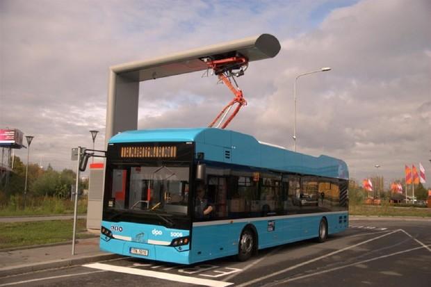 Do ulic Ostravy vjely nové elektrobusy. Pět minut u nabíječky stačí na hodinu jízdy