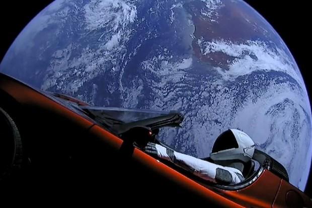 Starman v Tesle Roadster minul Mars, dál bude kroužit kolem Slunce