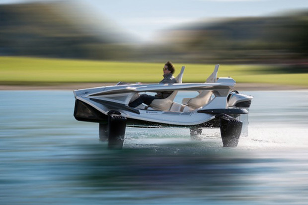 Elektrické plavidlo Quadrofoil Q2S Electric se vznáší nad vodou a zdolá až 80 km