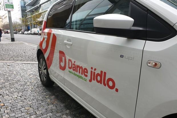 Dáme jídlo rozváží v Praze elektromobily. Má už 30 Volkswagenů e-up!