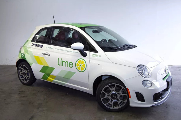 Bílo-zelená služba LimePod je carsharingovou odnoží půjčovny koloběžek