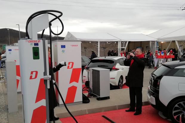 Na Slovensku proběhlo slavnostní odhalení ultrarychlé nabíječky s výkonem 350 kW