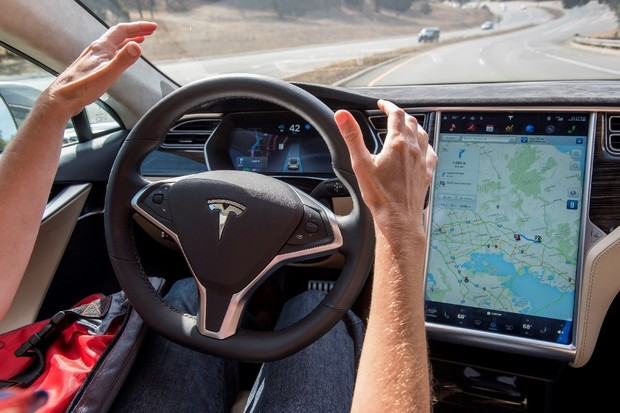 Navigate on Autopilot je dostupný už i v České republice. Krátce jsme ho vyzkoušeli