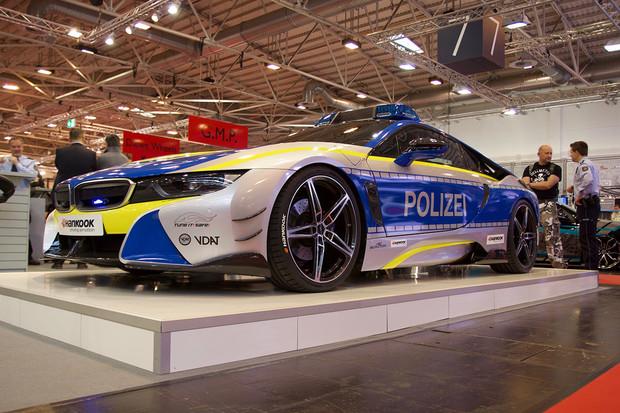 Podívali jsme se na policejní BMW i8, které nepatří policii. Jak je to možné?