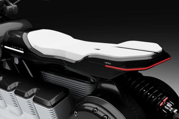 Bohyně elektrických motocyklů Curtiss Hera oslní elektromotorem ve stylu V8