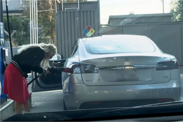Amerika je země nekonečných možností, ale benzin do Tesly prostě nedostanete